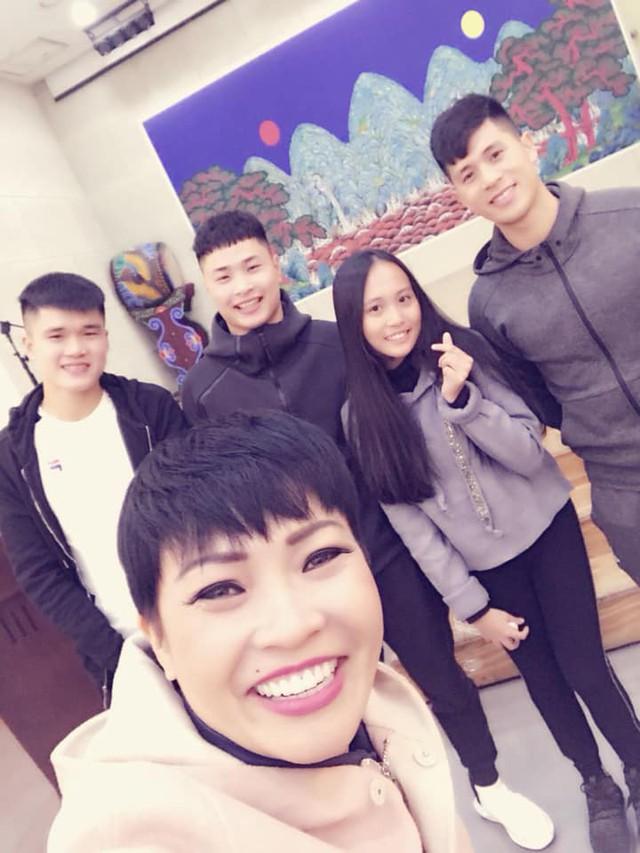 Mẹ con Phương Thanh cũng gặp các cầu thủ của đội tuyển bóng đá Việt Nam tại Hàn Quốc