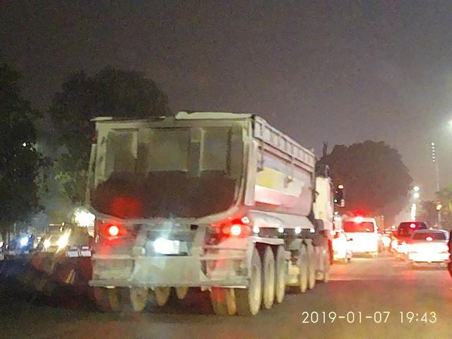Dù quy định ngoài 21h các phương tiện xe tải, xe hổ vồ, xe container mới được phép vào khu vực này nhưng lúc 19h43 ngày 7/1 chiếc xe hổ vồ có cơi nới thùng để tăng trọng tải vẫn vô tư chạy.