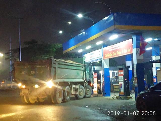 Một chiếc xe hổ vồ tấp vào tiếp nhiên liệu tại trạm xăng trên đường Phạm Văn Đồng lúc 20h08.