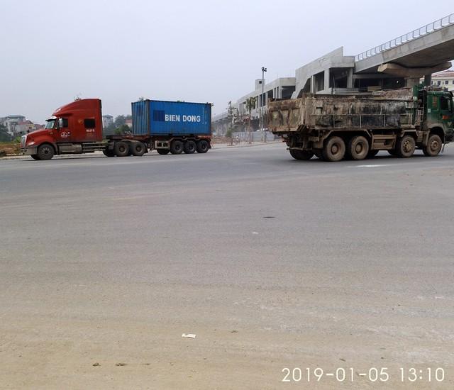 Cùng thời điểm trên nhiều phương tiện thi nhau ra/vào khu vực từ đường Thanh Lâm ra đường 32.