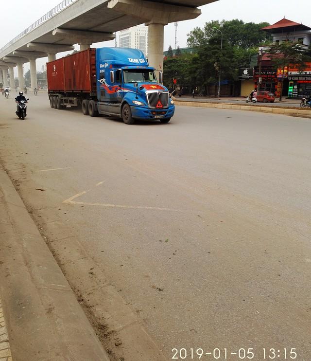 Một chiếc xe container có ghi chữ Tâm Gia  chạy hướng lên Cầu Giấy lúc 13h15.