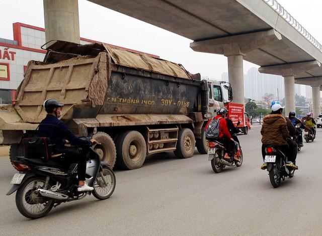 Lúc 13h25 ngày 5/1, chiếc xe hổ vồ chở đầy đất chạy theo đường Cầu Diễn - Hồ Tùng mậu. Đặc biệt, chiếc xe do chở quá nhiều đất phía trên nên mỗi khi qua gờ đường làm rơi nhiều đất xuống dưới gây nguy hiểm cho người dân đi lại.