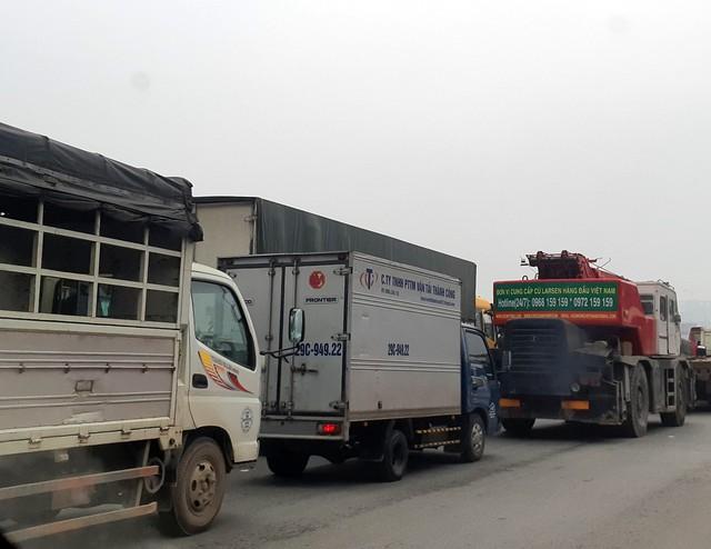 Nhiều phương tiện nối đuôi nhau, nhích từng mét để dịch chuyển khỏi những khu vực xảy ra ùn tắc giao thông.