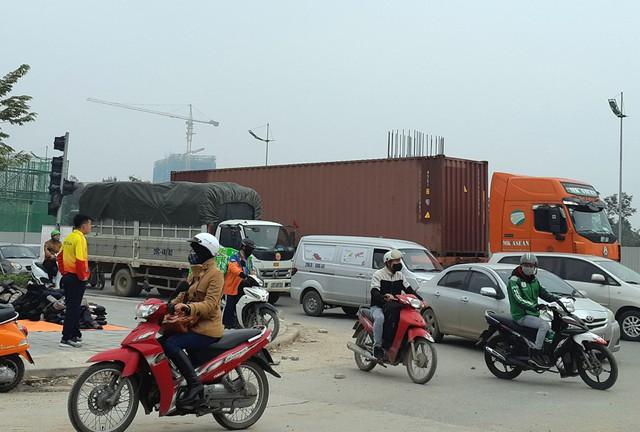 Nhiều người dân cho biết, bản thân họ rất bất bình trước việc các phương tiện xe tải, xe hổ vồ, xe container chạy bất chấp giờ cấm tại cung đường này.