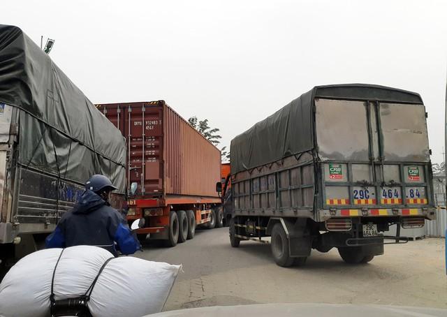 Tại đường Phạm Văn Đồng (Nam Từ Liêm - Hà Nội) lúc 12h30 trưa ngày 5/1/2019 các phương tiện xe tải hạng nặng, xe container... thi nhau chạy dọc tuyến đường mà không vướng phải bất cứ sự cản trở nào.