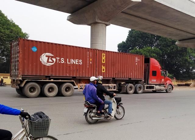 Những phương tiện xe container khác lưu thông với tốc độ cao hướng từ Cầu Diễn - Cầu Giấy.
