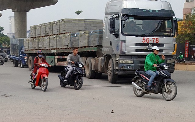 Qua giờ chiều ngày 5/1 tại đường 32 đoạn chạy qua KCN Từ Liêm nhiều chiếc xe trọng tải lớn từ khắp các ngã đường chạy rầm rập.