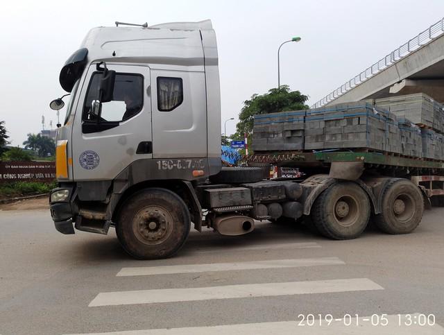 Chiếc xe đầu kéo mang BKS 15C rẽ vào phố Thanh Lâm lúc 13h chiều.
