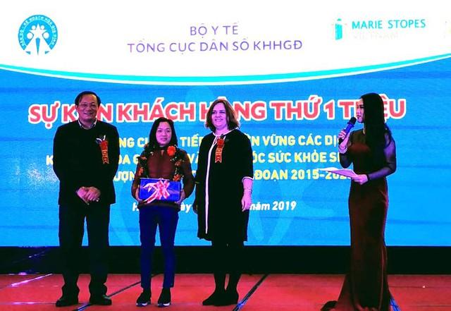 Ông Nguyễn Doãn Tú, Tổng cục trưởng Tổng cục Dân số - KHHGĐ trao tặng quà cho khách hàng thứ 1 triệu (quê ở Bắc Giang) thực hiện kỹ thuật KHHGĐ có chất lượng.