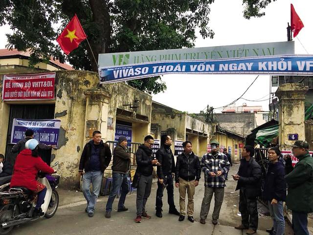 Ngày 17/1 vừa qua, các nghệ sĩ Hãng phim truyện Việt Nam đồng loạt căng băng rôn phản đối Vivaso. ẢNh: TL