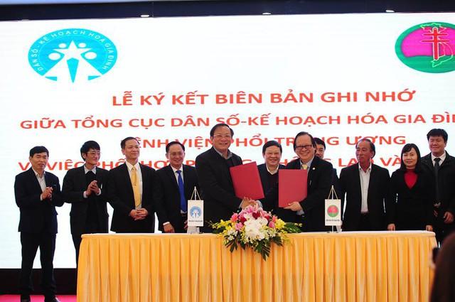 Để góp phần thực hiện tốt công tác dân số trong thời gian tới, tại Hội nghị đã diễn ra Lễ ký kết biên bản ghi nhớ giữa Tổng cục DS-KHHGĐ và Bệnh viện Phổi Trung ương về việc phòng chống lao và bệnh phổi. Ảnh: Chí Cường