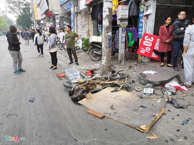 Hàng loạt các phương tiện bị đâm vỡ nát dọc 100 m phố Ngọc Khánh. Ảnh: Quang Huy (Zing)