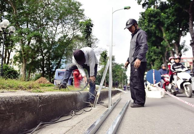 Đơn vị thi công đang thực hiện việc lắp đặt rào chắn phục vụ thi công. Ảnh: Mộc Trà