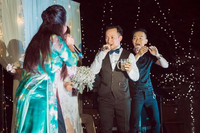 Trước khi cưới vợ 9X, Tiến Đạt từng có mối tình 9 năm với Hari Won và một thời gian bị đồn yêu hot girl Milan Phạm.