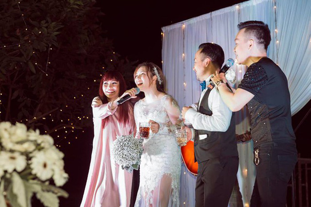 Cô dâu Thụy Vy hào hứng tham gia cùng chị Chanh. Theo tiết lộ của Phương Thanh, vợ của Tiến Đạt có tính cách hiền lành, chu đáo và chăm lo cho anh từng ly từng tý.