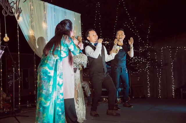 Chàng rapper cùng khuấy động với các đồng nghiệp khiến hôn lễ càng náo nhiệt.