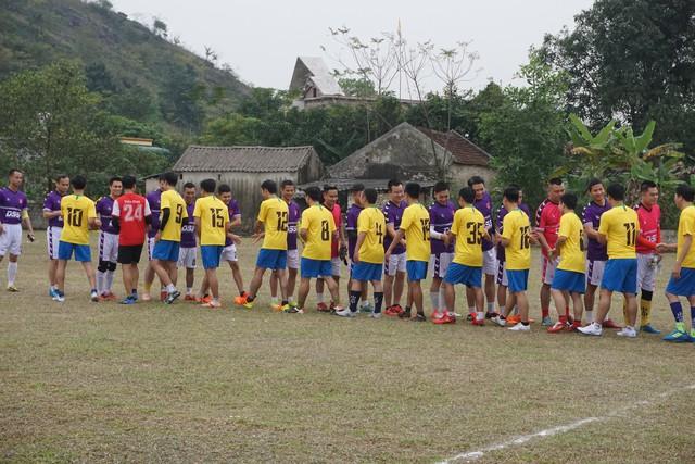 Hai đội bắt tay trước giờ thi đấu