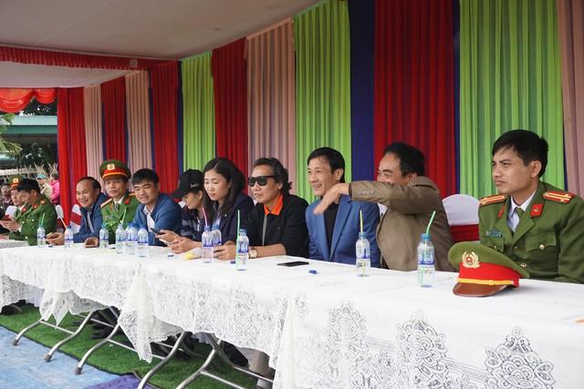 Ông Đặng Hùng Hải - chủ tịch Công đoàn V Stars (áo đen ở giữa) cùng lãnh đạo Công an, chính quyền địa phương cổ vũ trận đấu