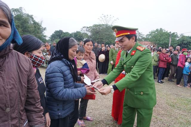 Đại tá Nguyễn Thanh Sơn – PGĐ Công an tỉnh Ninh Bình trao quà cho các gia đình