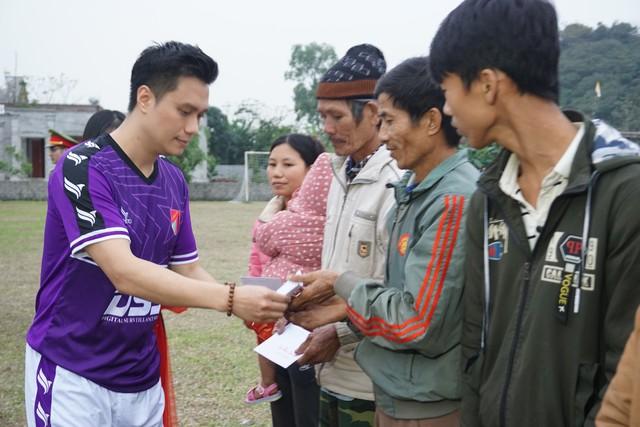 Diễn viên Việt Anh trao quà từ thiện cho bà con