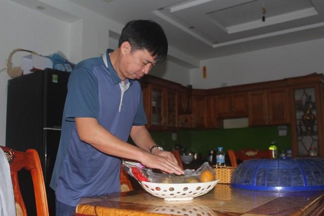 Bố cầu thủ Văn Toàn đang chuẩn bị hoa quả để mời mọi người đến xem trận đấu tối nay. Ảnh: Đ.Tùy