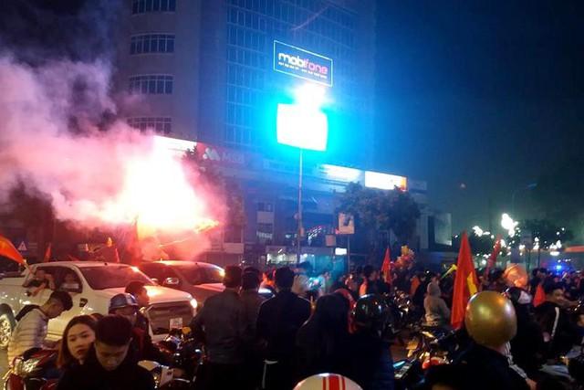 Hàng nghìn người hâm mộ TP. Hải Dương đốt pháo sáng ăn mừng sau khi tuyển Việt Nam vượt qua Jordan tối qua. Ảnh: Đ.Tùy