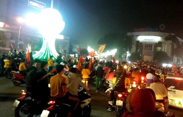 Sau khi kết thúc trận đấu và tuyển Việt Nam giành thắng lợi, hàng nghìn người dân TP. Hải Dương xuống đường ăn mừng chiến thắng