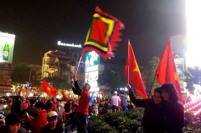 Thậm chí người đàn ông này mang hẳn lá cờ Hội để cổ vũ