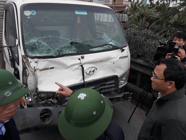 Chiếc xe ô tô tải đâm vào đoàn đại biểu dự đại hội MTTQ xã Kim Lương. Ảnh: V.T