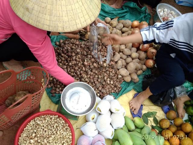 Mặt hàng thực phẩm phong phú trong ngày Tết.