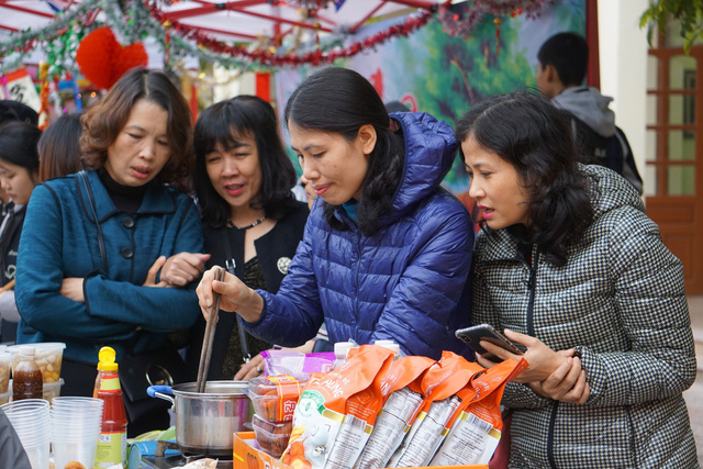 Các cô giáo tò kiểm tra chất lượng chế biến món ăn của các con trước khi đưa ra bày bán