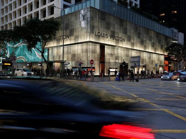 Nơi mua sắm yêu thích của giới giàu có Hong Kong bao gồm The Landmark với cửa hàng flagship tại châu Á của Louis Vuitton, con phố Tsim Sha Tsuis Canton với hàng loạt cửa hàng xa xỉ như Gucci, Marc Jacobs, Chanel, Dior liên tiếp nhau.