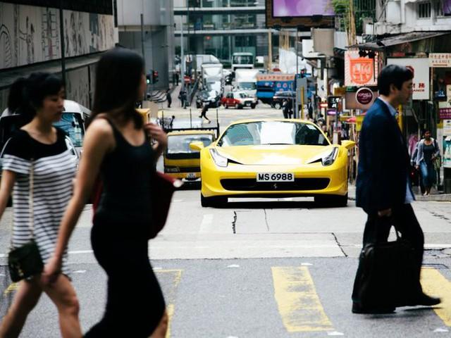 Tờ South China Morning Post nói rằng, trong một thành phố bé nhỏ và giao thông công cộng thuận tiện thì ôtô riêng chính là phản ánh về sự giàu có của chủ nhân. Người giàu ở Hong Kong không thiếu những chiếc xe sang như Porsches, Lamborghini hay Ferrari.