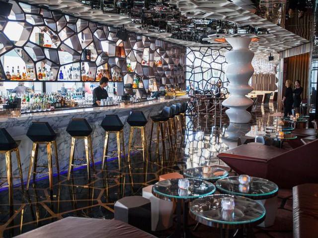 Nếu cần thư giãn về đêm, quán bar Ozone nằm trên đỉnh khách sạn Ritz Carlton là điểm đến yêu thích của các doanh nhân và giới tài chính. Theo Bars Best Bars, Ozone là nơi nên đến một lần trong đời với sự chuẩn bị kỹ lưỡng về ăn mặc và tiền bạc. Một ly whisky có giá gần 60 USD và một chai rượu có giá tầm 850 USD.