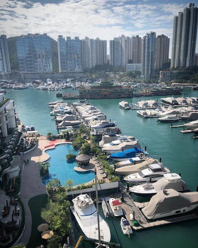 Để gặp gỡ, giao lưu và hẹn hò với những người cùng tầng lớp, giới nhà giàu thường đến Aberdeen Marina Club. Đây là nơi chỉ dành riêng cho những người siêu giàu tại Hong Kong và phải được mời để tham gia.
