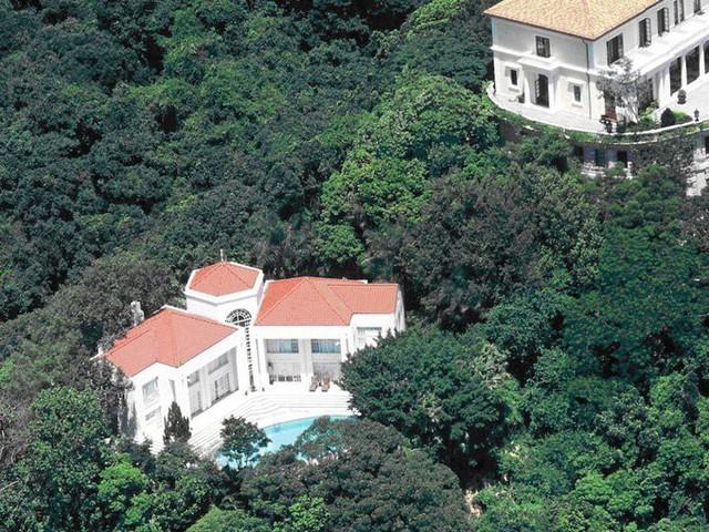 Tuy nhiên, một căn biệt thự khá cũ khác cách đó không xa hiện đang được rao bán với giá đến 446 triệu USD.