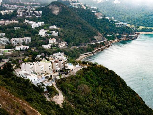 Một số người giàu khác chọn sống tại Deep Water Bay. Năm 2018, Forbes gọi nơi này là khu phố giàu nhất thế giới vì mật độ tập trung của những người siêu giàu sinh sống.