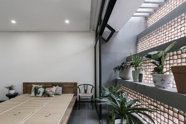 Vì thế, kiến trúc sư đề xuất một lớp lưới chống côn trùng bao trùm mặt trước và sau ngôi nhà, vào khoảng gần 100m2, như là một tấm mùng lớn che chở các hoạt động gia đình bên trong.