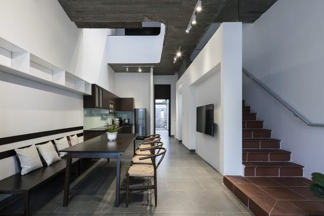Phòng khách và bếp liên thông ở tầng một.