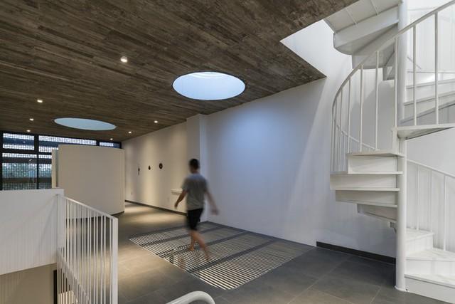 Tầng trên cùng được giải phóng toàn bộ làm sân chơi trong nhà và phòng thờ.