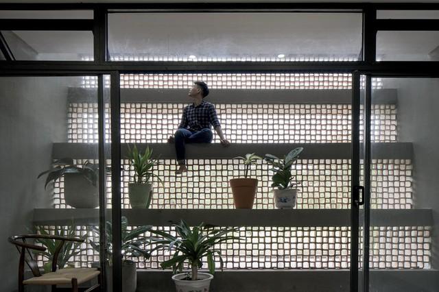 Mặt đứng chính của công trình gây ấn tượng với các dầm bê tông băng ngang đổ bóng lên nhau từ bên ngoài với chức năng chắn mưa nắng. Ở phía bên trong, các dầm bê tông này tạo thành bậc cấp, có thể ngồi chơi hoặc đặt các chậu cây cảnh.