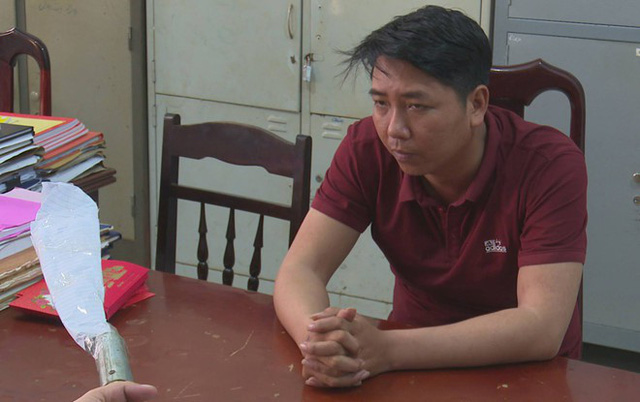 Trưởng và hung khí chém chết anh Hùng tại cơ quan điều tra. Ảnh: Minh Lộc.