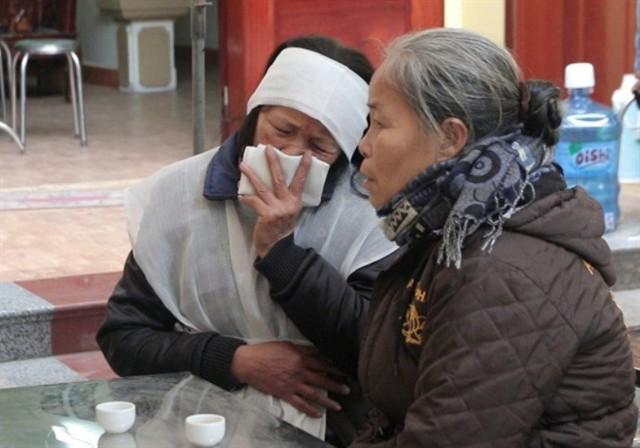 Dân làng đến hỏi thăm, động viên chia buồn những nạn nhân xấu số. Ảnh: Mai Chiến