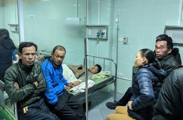 Người thân các nạn nhân chưa hết hoảng sợ trước vụ việc tai nạn thảm khốc. Ảnh: Gia Khánh