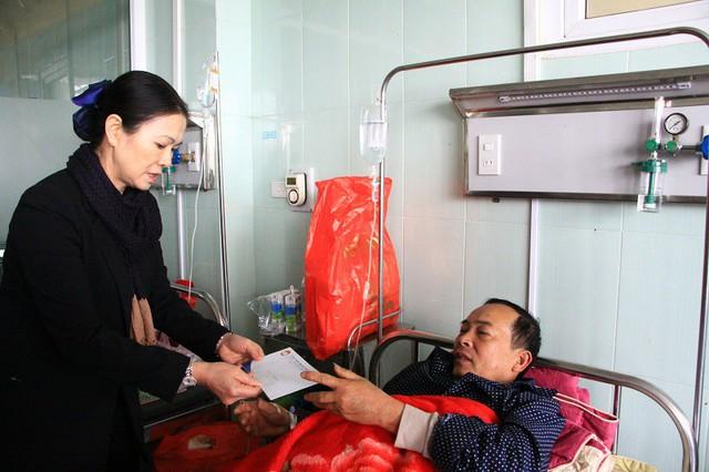 Bà Trương Thị Ngọc Ánh - Phó Chủ tịch UBTƯ MTTQ Việt Nam đến hỏi thăm, chia buồn và trao tiền hỗ trợ các nạn nhân tử vong, nạn nhân bị thương trong vụ tai nạn thảm khốc chiều qua. Ảnh: Đức Thuận