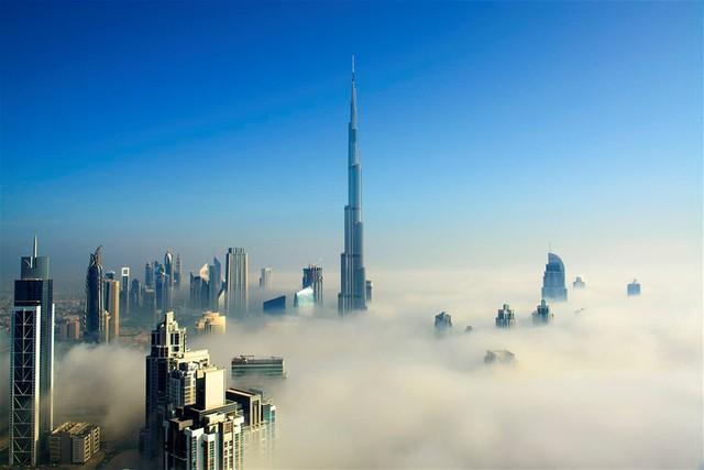 Mùa đông là mùa lịch cao điểm: Dubai là một trong những thành phố sang trọng bậc nhất các tiểu vương quốc Arab Thống nhất. Nơi đây chỉ có hai mùa: Mùa hè khô cằn nóng bức và mùa đông thời tiết mát mẻ. Ảnh: Getty.      Thời điểm du lịch Dubai hợp lý nhất thường vào mùa đông, khoảng tháng 10 đến tháng 4, khi thời tiết mát mẻ dễ chịu nhất. Thời gian này, bầu trời toàn thành phố luôn có màu xanh biếc. Các bãi biển tuyệt đẹp, sẵn sàng phục vụ khách du lịch tham quan các địa danh, thắng cảnh. Ảnh: Getty.         Đặt phòng khách sạn trước vài tháng: Dubai là điểm đến thu hút lượng lớn du khách quốc tế, đặc biệt trong mùa cao điểm. Để chắc chắn sở hữu nơi lưu trú phù hợp, bạn hãy chủ động đặt phòng khách sạn trước ít nhất 2-3 tháng nếu tự lên lịch trình khám phá Dubai. Ảnh: The National.         Xin phép trước khi chụp ảnh: Du khách lưu ý, không bao giờ chụp ảnh người lạ mà không được họ cho phép, trừ khi bạn chụp ảnh kỷ niệm ở địa điểm đông khách du lịch. Đặc biệt, không tự ý chụp ảnh phụ nữ Hồi giáo, toà nhà chính phủ, cơ quan quân sự… tại Dubai. Ảnh: The National.         Cuối tuần là thứ sáu và thứ bảy: Hầu hết người Dubai nghỉ làm vào thứ sáu và thứ bảy hàng tuần, thời điểm người Hồi giáo tập trung cầu nguyện. Nếu du khách muốn tổ chức tiệc tùng, họ có thể tìm kiếm đến các địa điểm dịch vụ vào thứ năm và thứ sáu. Ảnh: Cgarchirtect.        Những ngày cuối tuần này, người Dubai và du khách tập trung đến các trung tâm thương mại chật kín đến nửa đêm. Nhiều nhà hàng, quán cà phê chỉ mở cửa vài giờ vào cuối tuần. Tuy nhiên, một số dịch vụ du lịch, ẩm thực vẫn mở cửa cả ngày trong mùa du lịch cao điểm. Ảnh: Lonely Planet.         Trang phục nên mặc ở Dubai: Với thời tiết nóng nực, vấn đề quần áo được phụ nữ địa phương và du khách được chú ý hơn cả. Bạn không nên mặc đồ quá ngắn và bó sát mà cần thoải mái, dài và nhã nhặn. Ngoài ra, bạn chú ý mặc trang phục thường ngày phù hợp, thể hiện sự tôn trọng văn hoá Hồi giáo để không gặp những rủi ro ngoài ý muốn.        Phụ nữ nên gi