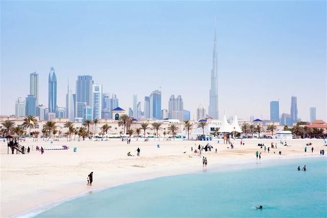 Thời điểm du lịch Dubai hợp lý nhất thường vào mùa đông, khoảng tháng 10 đến tháng 4, khi thời tiết mát mẻ dễ chịu nhất. Thời gian này, bầu trời toàn thành phố luôn có màu xanh biếc. Các bãi biển tuyệt đẹp, sẵn sàng phục vụ khách du lịch tham quan các địa danh, thắng cảnh. Ảnh: Getty.