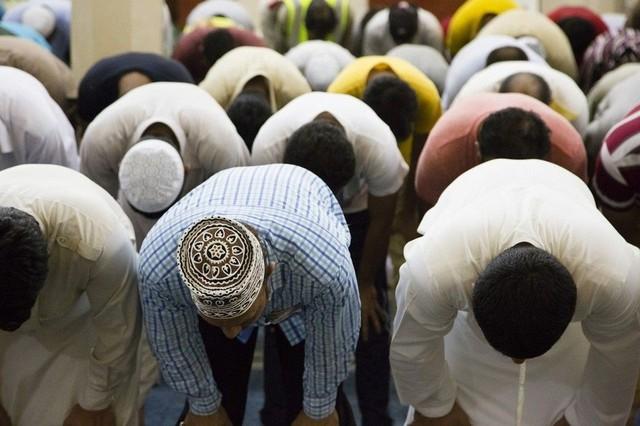  Tôn trọng tháng lễ Ramadan: Nếu du lịch Dubai trong tháng lễ Ramadan (mùa chay tịnh, thường diễn ra vào tháng 9 hàng năm), du khách hãy tôn trọng người Hồi giáo và việc ăn chay của họ. Người dân cả nước thường cầu nguyện vào buổi sáng. Ảnh: Pinterest.