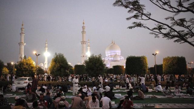 Trong tháng lễ này, tất cả người Hồi giáo buộc phải nghiêm túc thực hiện các quy định không ăn, không uống, không hút thuốc từ lúc mặt trời mọc cho đến khi mặt trời lặn. Du khách đến Dubai những ngày này nên cùng thực hiện các quy định này cùng người bản địa. Ảnh: The National.