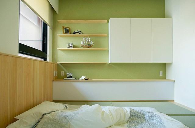 Phía tường bên trong là nơi để bày biện hệ thống kệ đựng đồ và tủ gắn tường tiện lợi cho việc cất trữ đồ cá nhân bên trong giúp không gian nhỏ gọn gàng và ngăn nắp hơn.